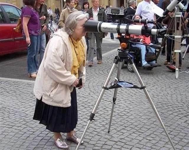 бабушка смотрит в подзорную трубу