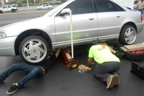парни под машиной