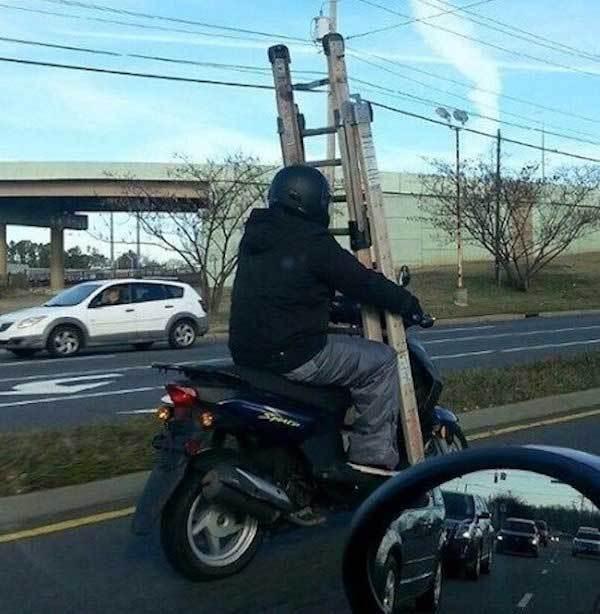 мотоциклист с лестницей