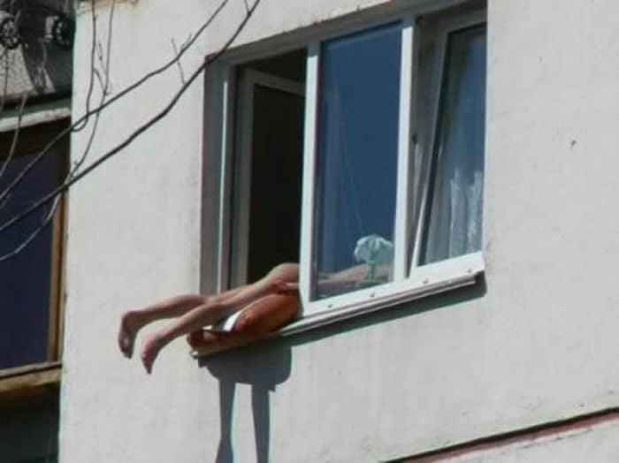 девушка ногами в окне