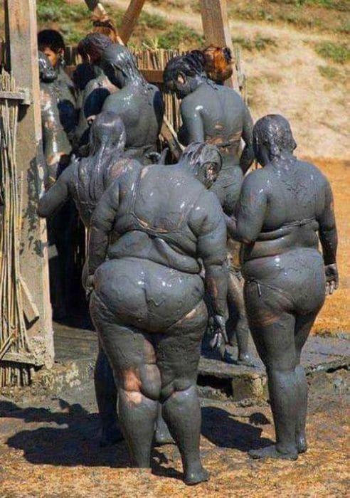 женщины обмазанные грязью