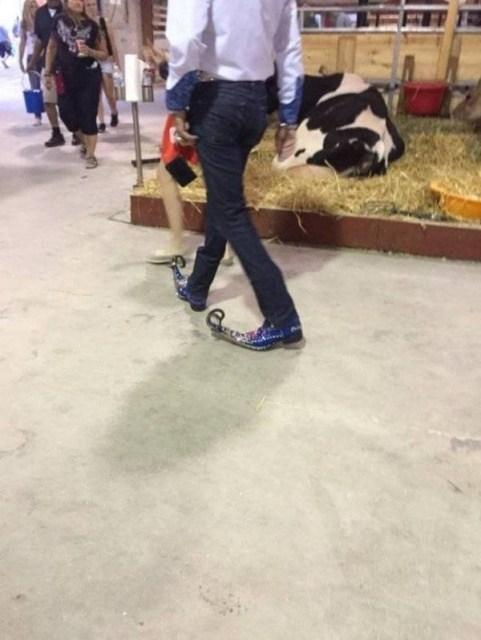 мужчина в туфлях с длинным носком