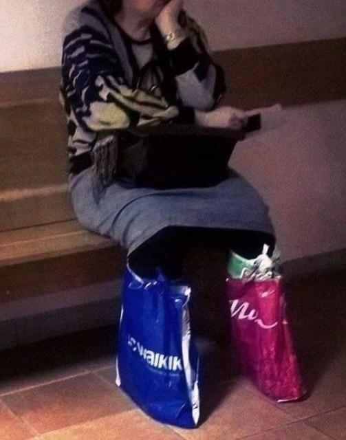 женщина с пакетами на ногах