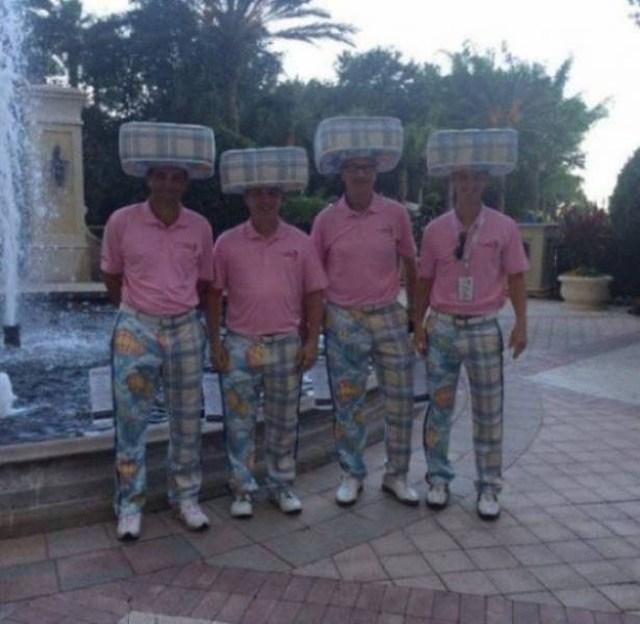 мужчины в розовых рубашках
