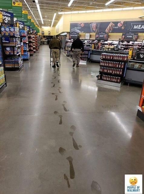 грязные следы на полу в супермаркете