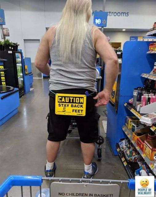мужчина с табличкой на штанах