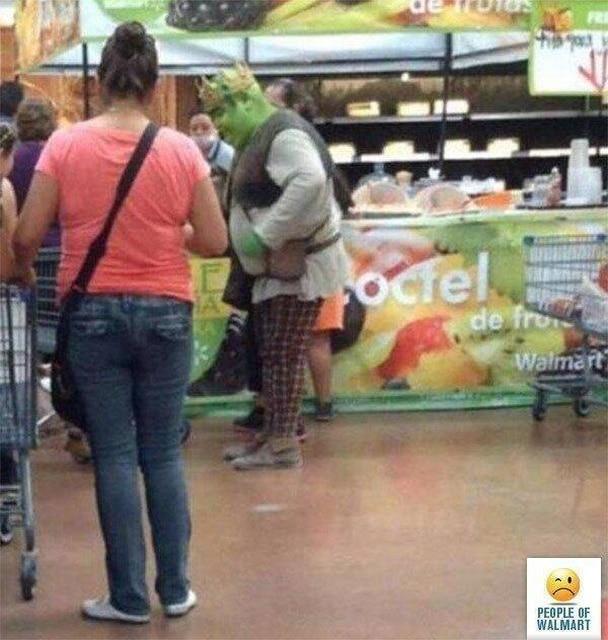мужчина в образе шрека в супермаркете