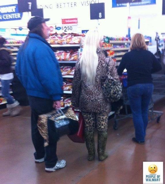 блондинка в леопардовой одежде