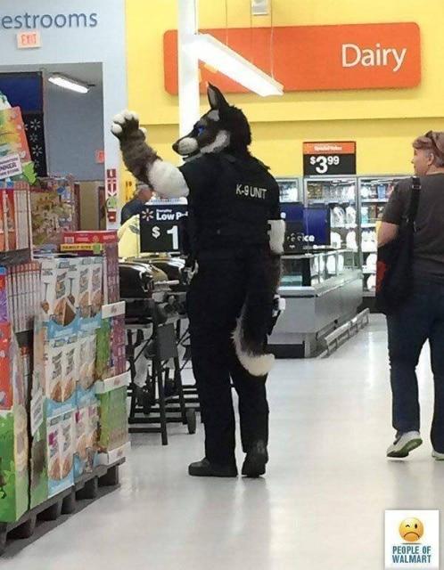 мужчина в костюме волка