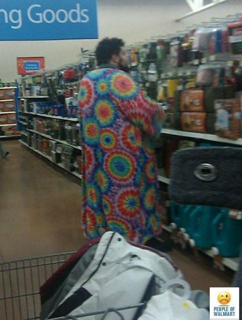 мужчина в цветном балахоне в супермаркете