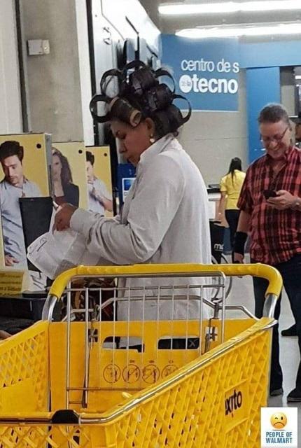 женщина с бигудями в супермаркете