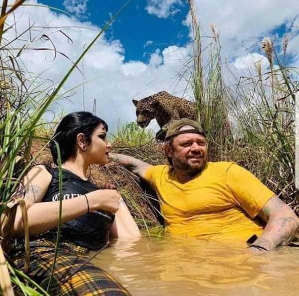 парень с девушкой сидят в воде
