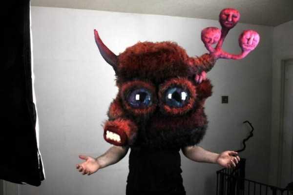 мужчина в маске животного