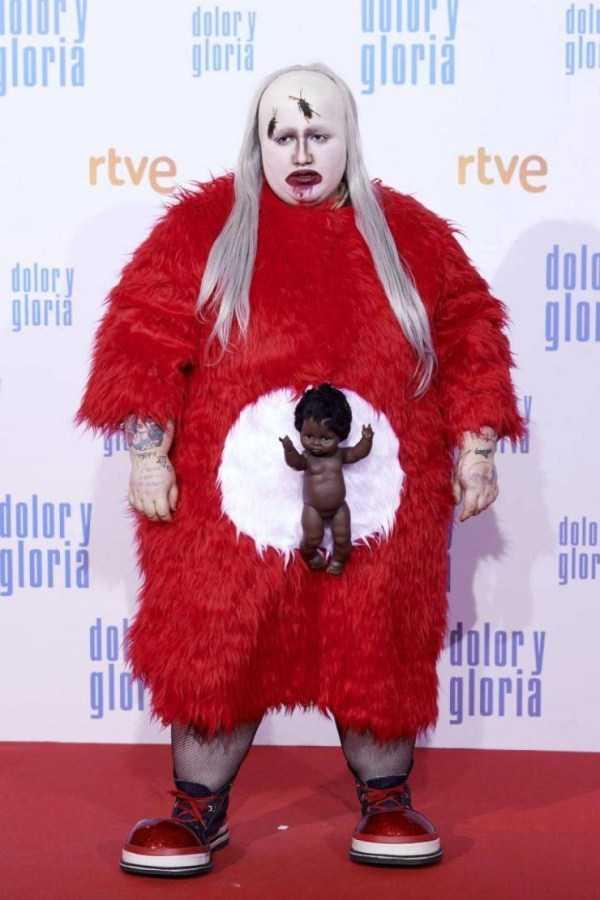 женщина в красном платье с куклой на животе