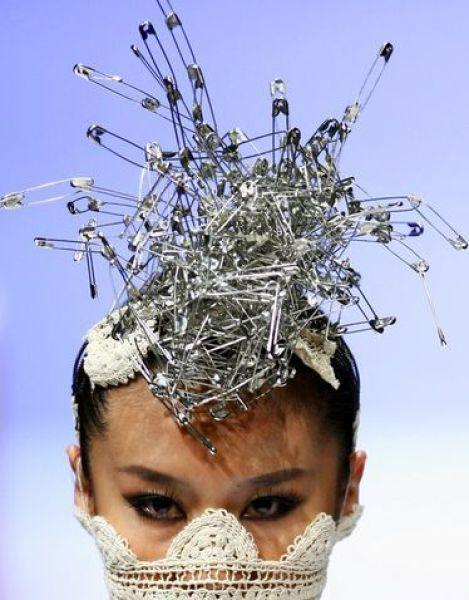 девушка с булавками на голове