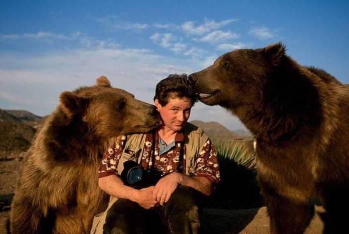 два медведя и фотограф