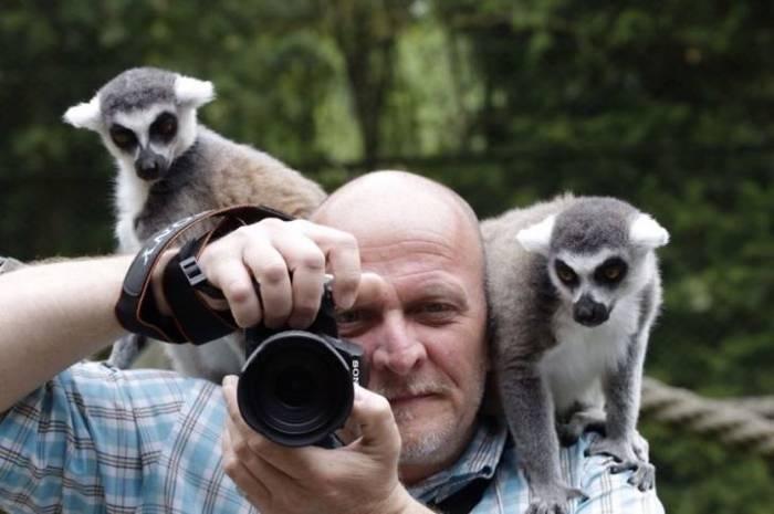 фотограф с лемурами на плечах