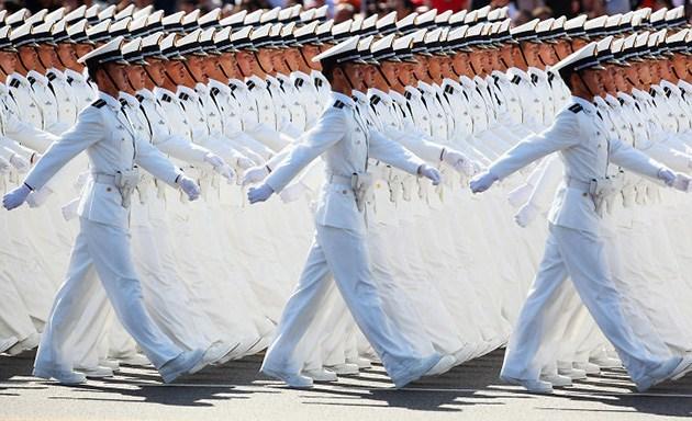 военные шагают на параде