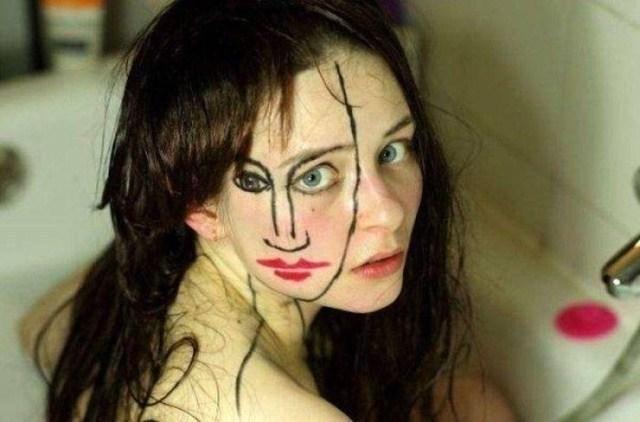 девушка с рисунком на лице