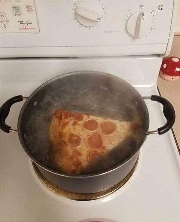 пицца варится в кастрюле