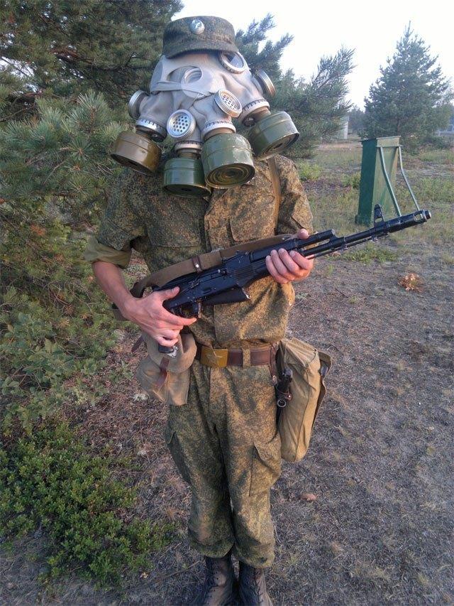солдат в противогазах
