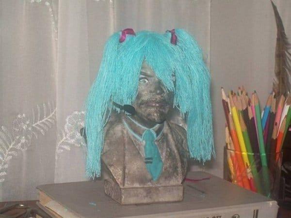бюст в голубом парике