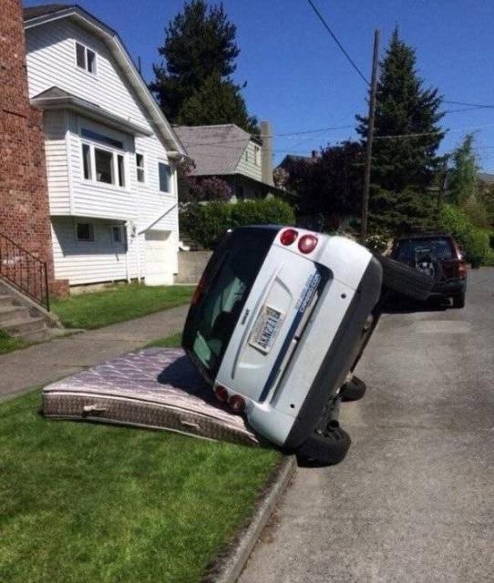 машина лежит на боку
