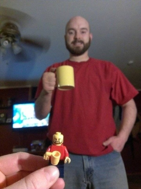 мужчина с желтой чашкой