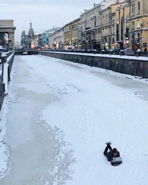 мужчина на льду с ноутбуком