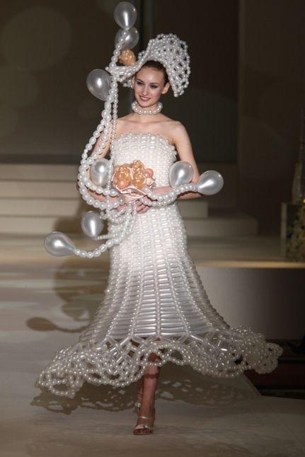 девушка в свадебном платье из шариков
