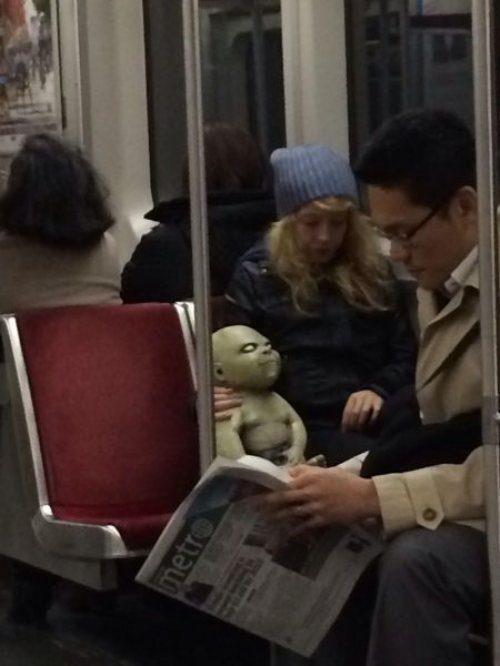 женщина с куклой в метро