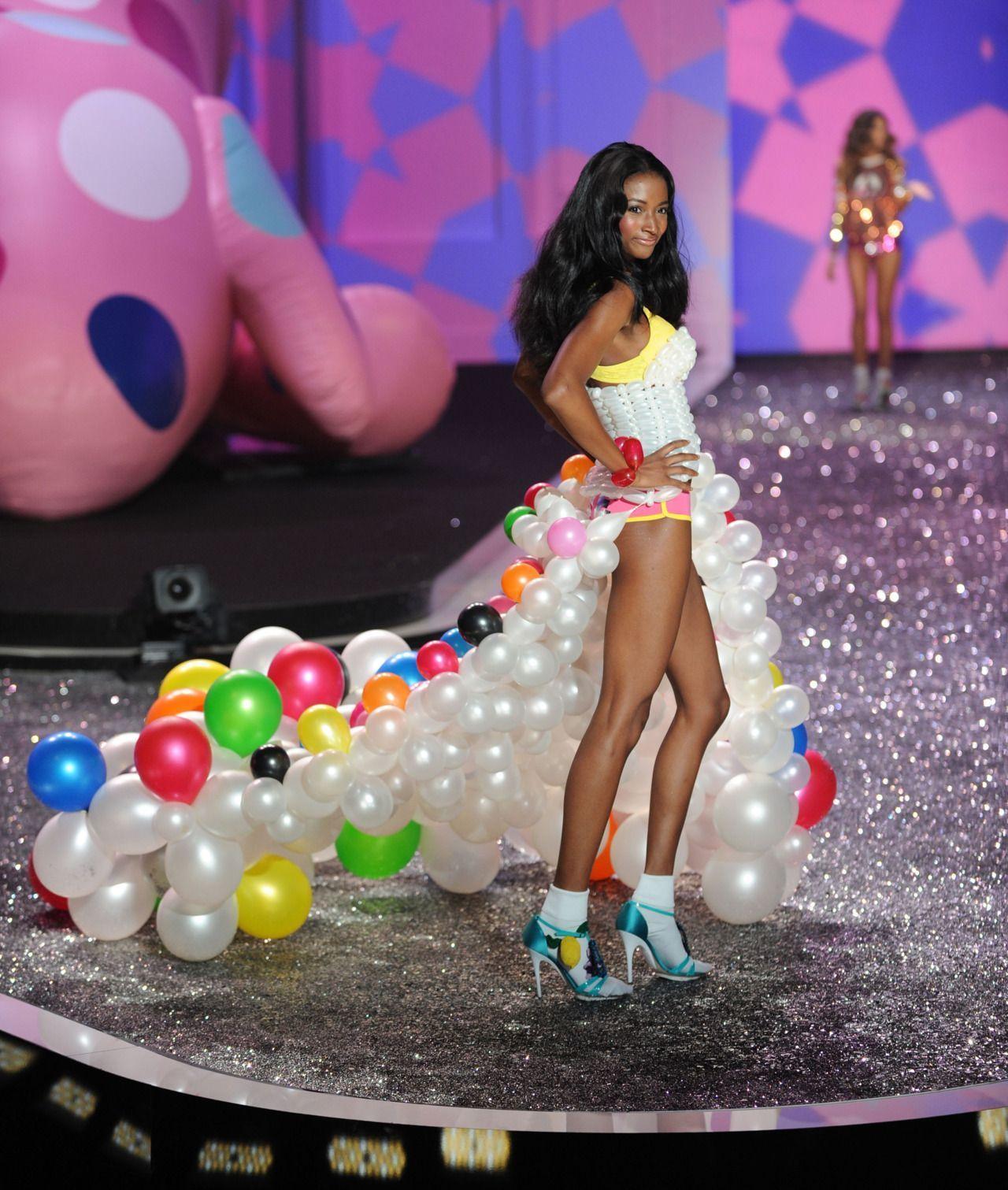 девушка-модель на подиуме