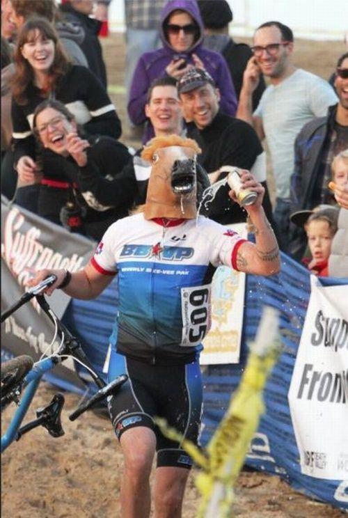 велосипедист в маске лошади