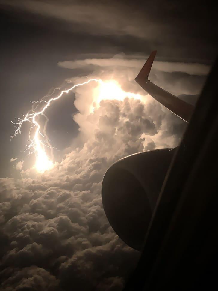 крыло самолета и молния