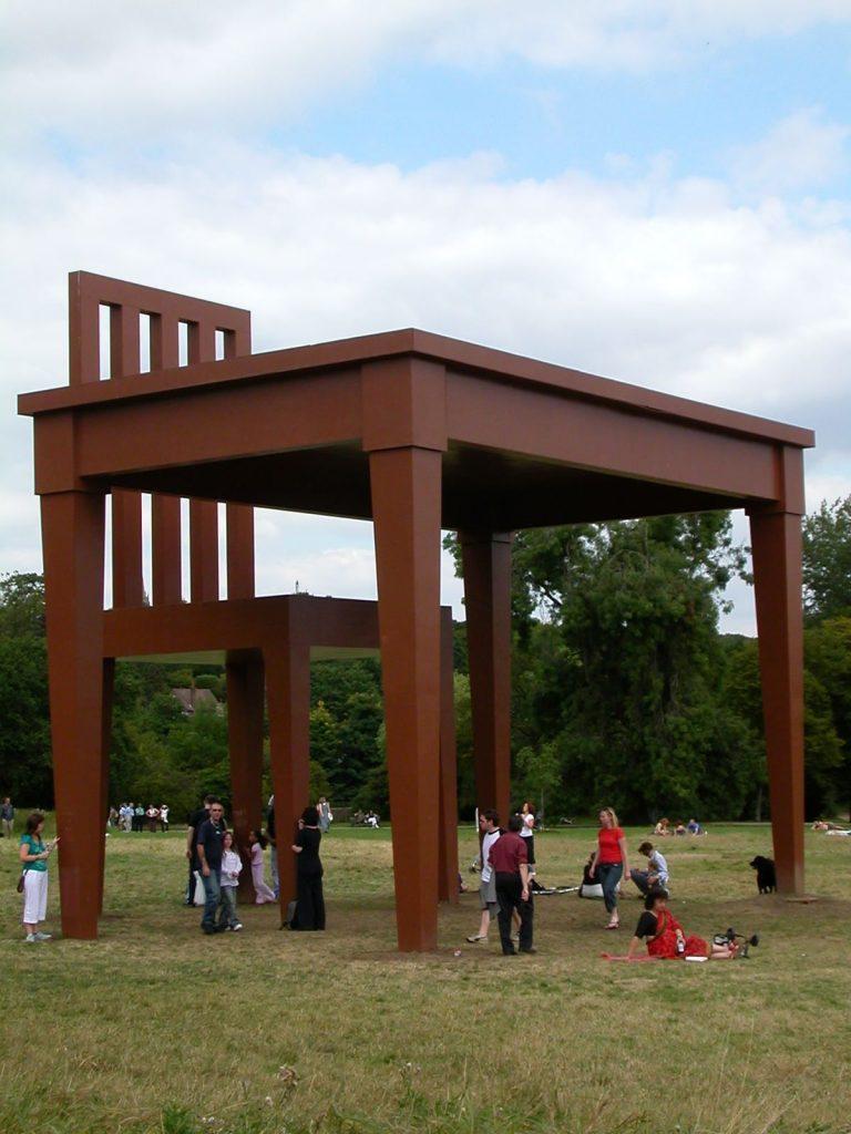 скульптура огромного стола и стула
