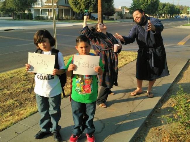 15 безудержно счастливых родителей, которые, наконец, отправляют детей в школу
