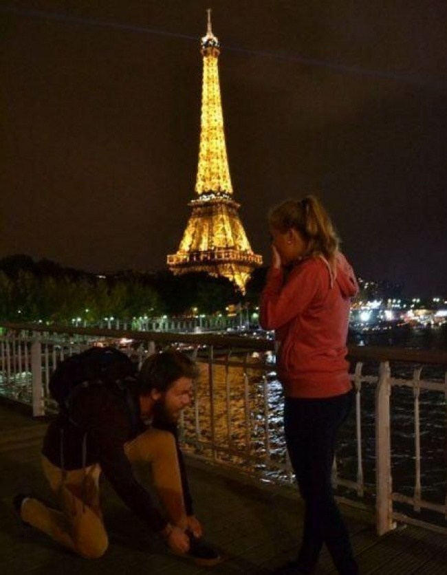 парень и девушка на фоне эйфелевой башни