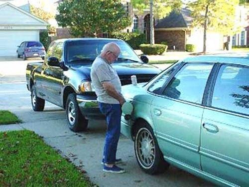 мужчина мочится в бензобак