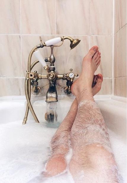 мужские ноги на ванне