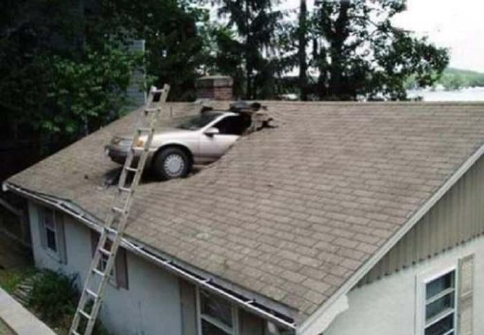 машина торчит из крыши дома