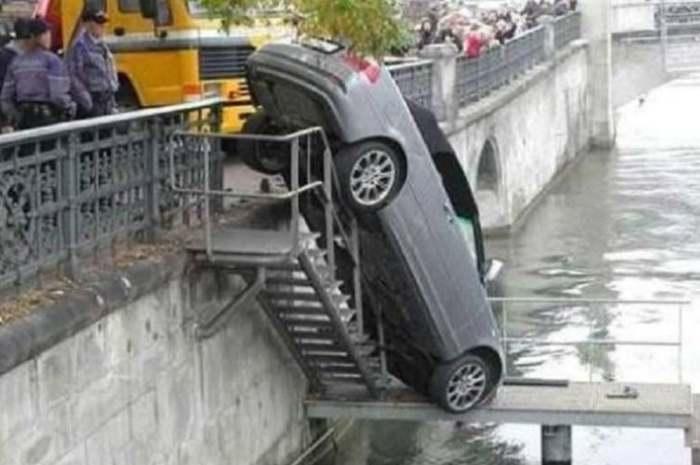 машина висит над водой