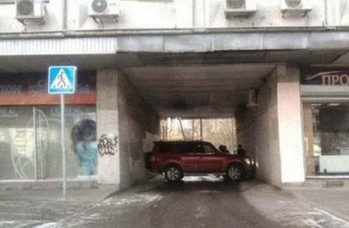 авто стоит поперек арки