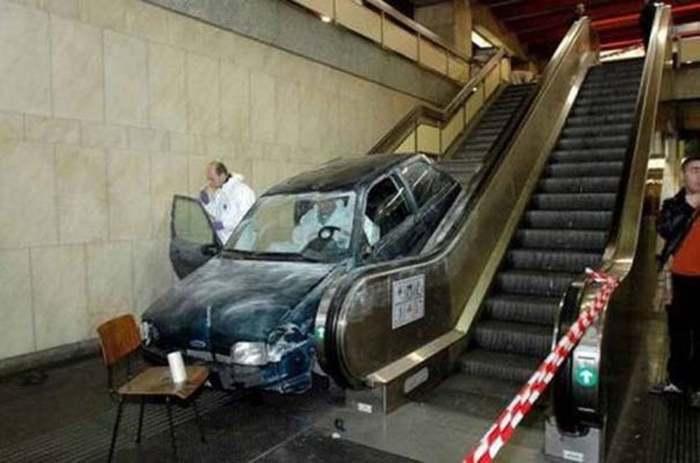 машина на эскалаторе в метро
