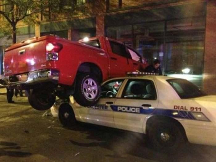 красный пикап на полицейской машине