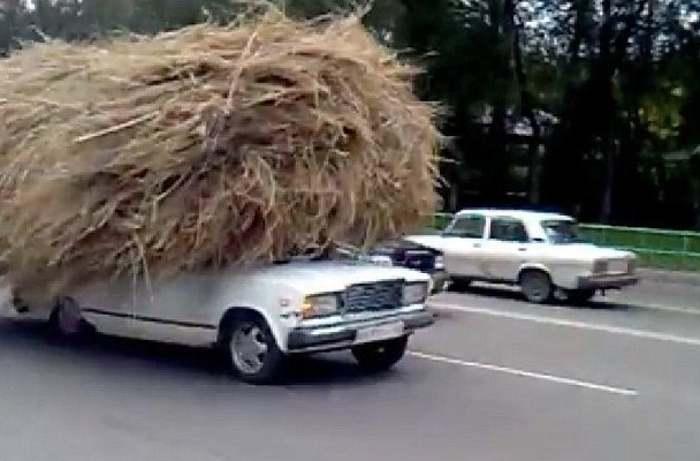 стог сена на машине