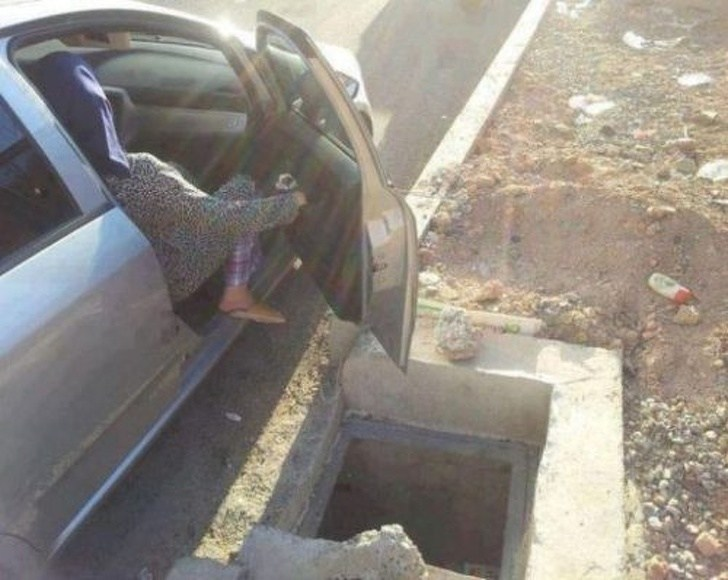 яма рядом с машиной