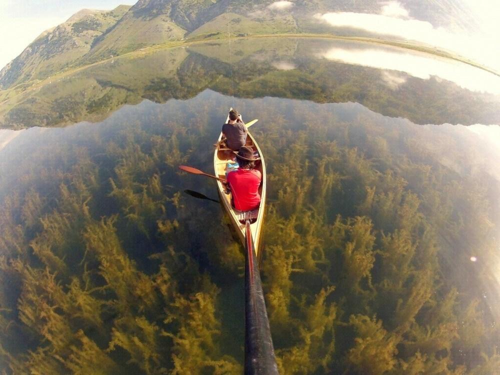 люди в каноэ на прозрачной воде