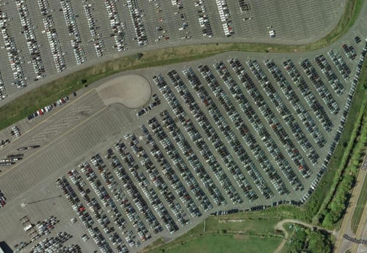 Почему по всему миру появляются гигантские свалки новейших автомобилей