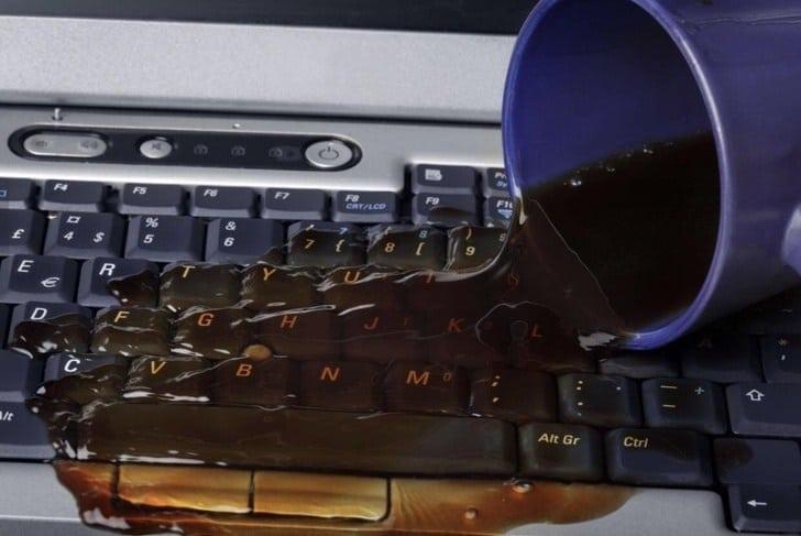кофе разлитый на клавиатуру