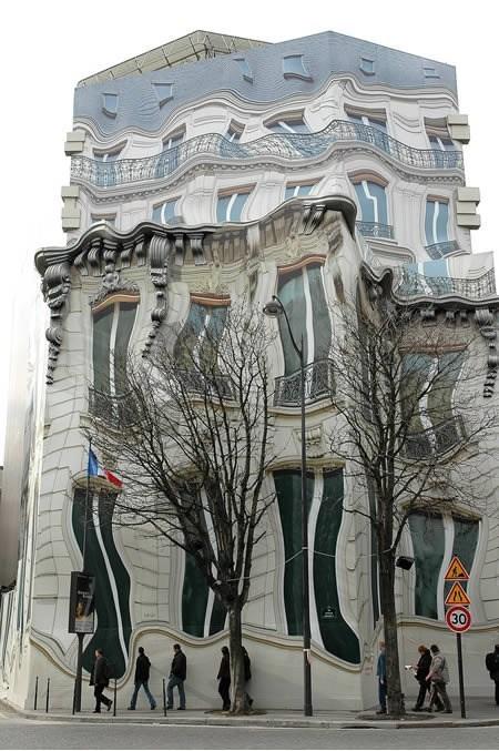 тающий дом в париже